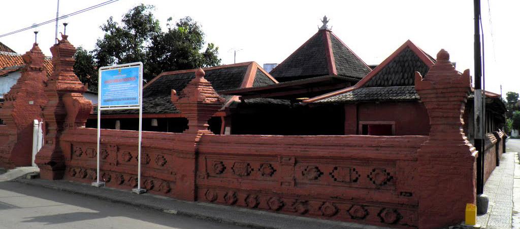 Mengenal Sejarah Masjid Merah Panjunan
